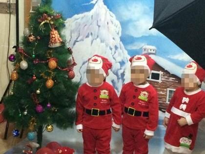 Iranilainen kristitty perhe poseerasi useissa jouluaiheisissa kuvissa kotonaan. Kuva: My Treedom, Facebook