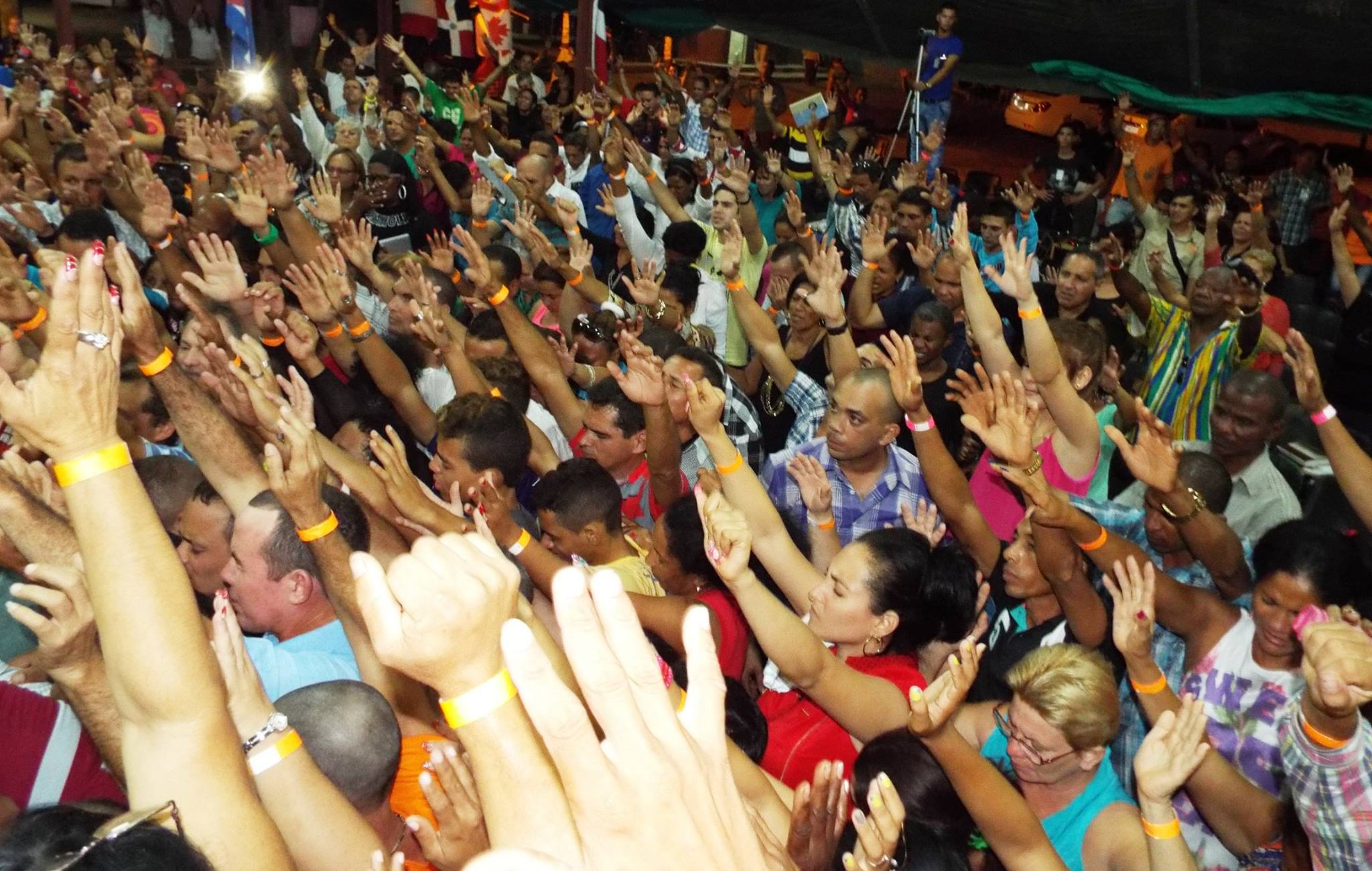 Crowd in central square in Santiago de Cuba at meeting addressed by Marilin after demolition 2016