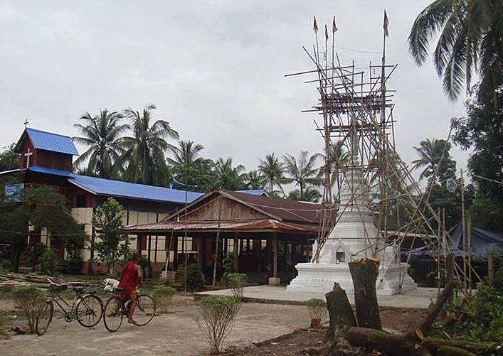 Buddhalainen rakennelma baptistiseurakunnan tontilla Hpa-Anissa. Kuva: Saw Black Karen, Facebook
