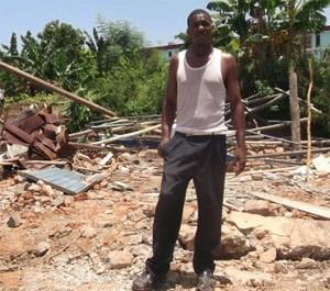 Pastori Esmir Torreblanca heinäkuussa 2014 tuhotun seurakuntansa raunioilla Santiago De Cubassa. Kuva: Religión en Revolución