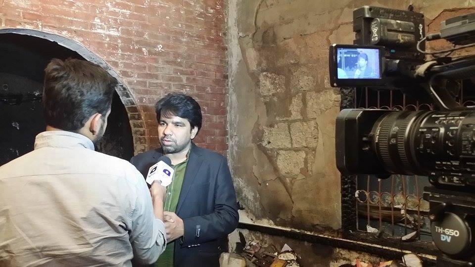 Aseman päällikkö Sarfraz William tv-kanavan haastateltavana tuhotyön jälkeen. Kuva: Gawahi TV, Facebook