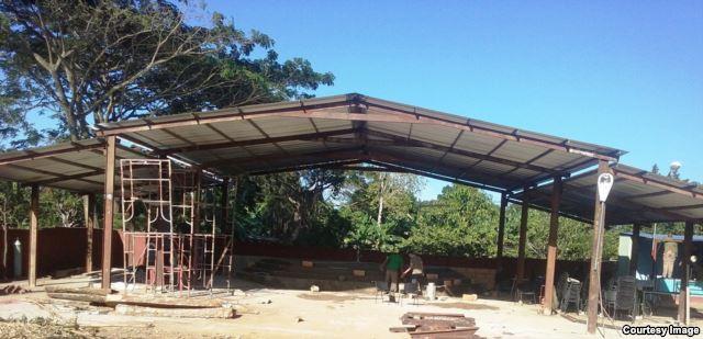 Tässä vaiheessa pastori de Quesada Salomonin rukoushuoneesta oli enää katto jäljellä.. Kuva: Martí