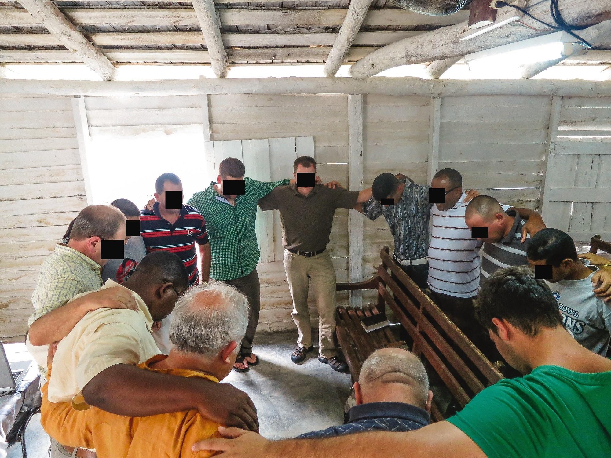 Marttyyrien Äänen tiimi tapasi kuubalaisen raamattuseminaarin johtajia ja opiskelijoita rohkaistakseen heitä.