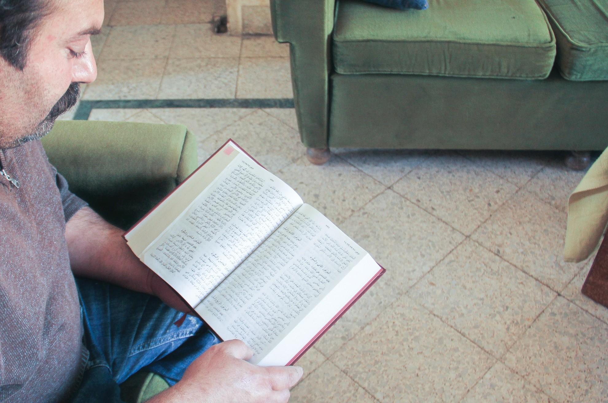 Tuore Libanonissa asuva syyrialainen uskova lukemassa Jumalan Sanaa. USA 10-2015