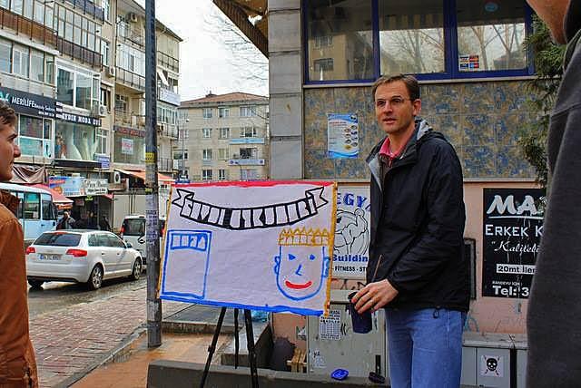 David Byle evankelioimassa kadulla Istanbulissa