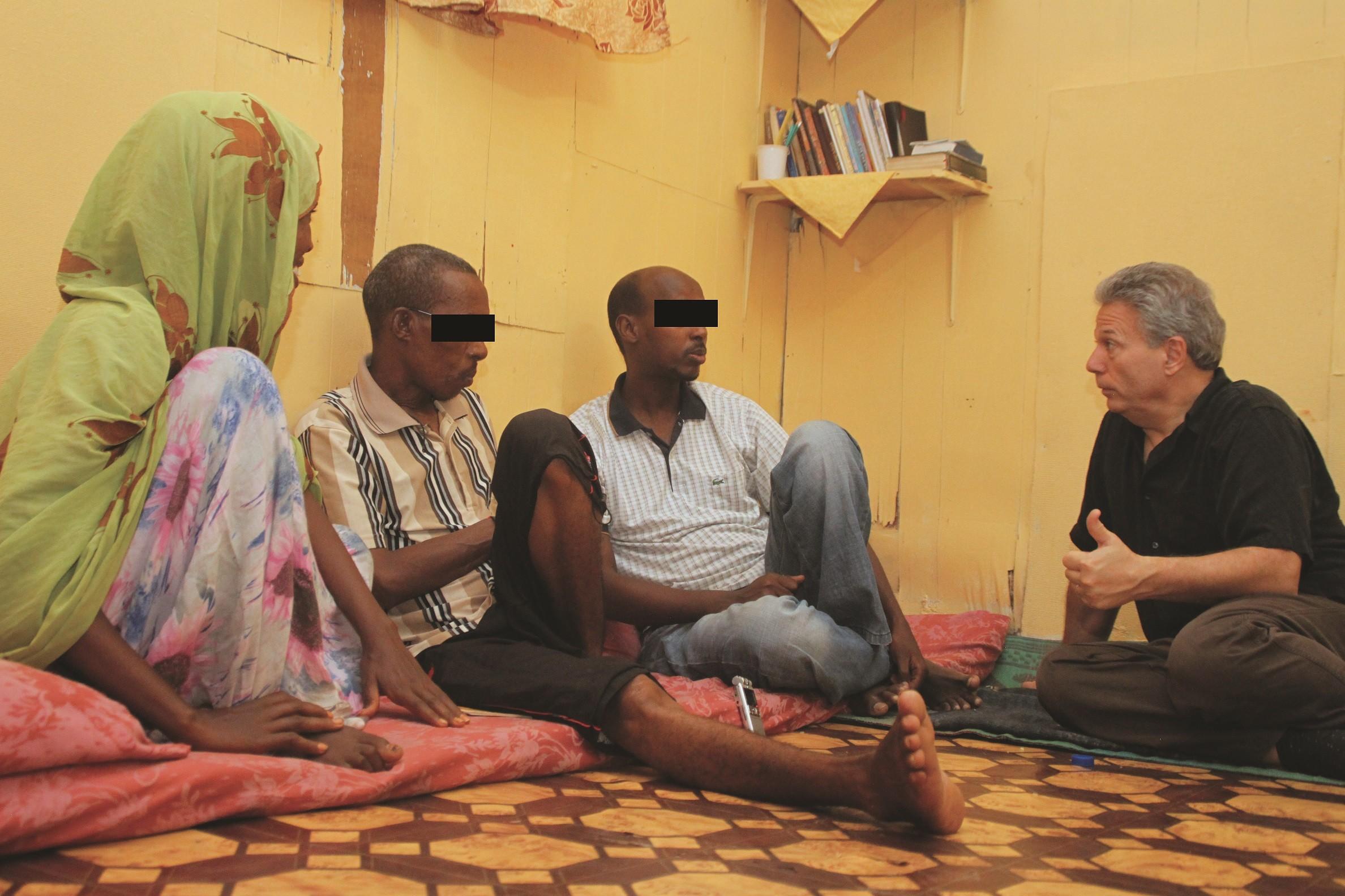 Marttyyrien Äänen työntekijä rohkaisee somalialaistaustaisia uskovia tukemassamme turvatalossa.